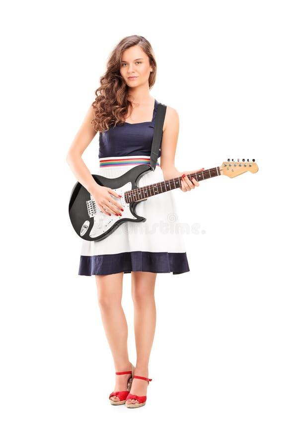 Μοντέρνη γυναίκα που κρατά μια ηλεκτρική κιθάρα στοκ εικόνες με δικαίωμα ελεύθερης χρήσης
