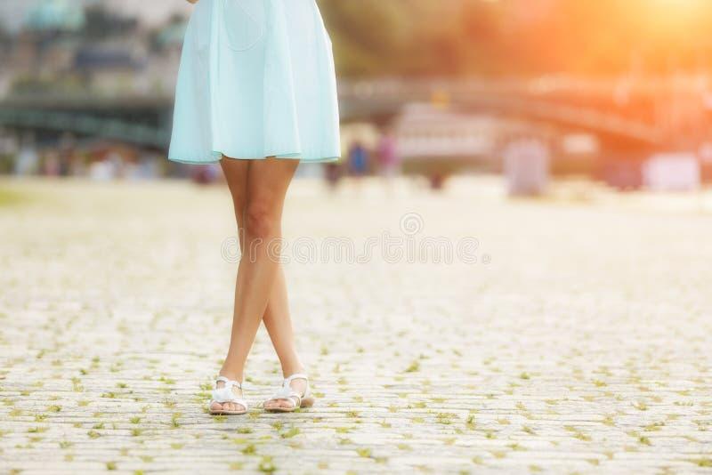 Μοντέρνη γυναίκα που περπατά στην πόλη στοκ εικόνες με δικαίωμα ελεύθερης χρήσης