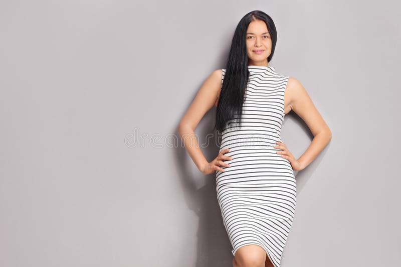 Μοντέρνη γυναίκα που φορά ένα ριγωτό φόρεμα στοκ φωτογραφία με δικαίωμα ελεύθερης χρήσης