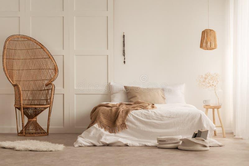 Μοντέρνη καρέκλα peacock στην κομψή κρεβατοκάμαρα, φωτογραφία με το διάστημα αντιγράφων στον κενό τοίχο στοκ φωτογραφία με δικαίωμα ελεύθερης χρήσης