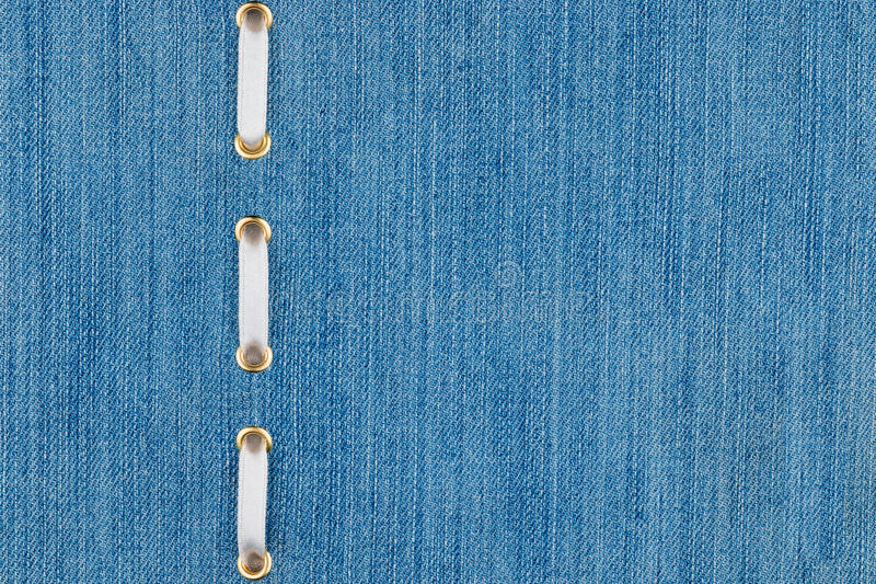 Μοντέρνη κορδέλλα σατέν υποβάθρου άσπρη που παρεμβάλλεται στο τζιν στοκ φωτογραφία με δικαίωμα ελεύθερης χρήσης