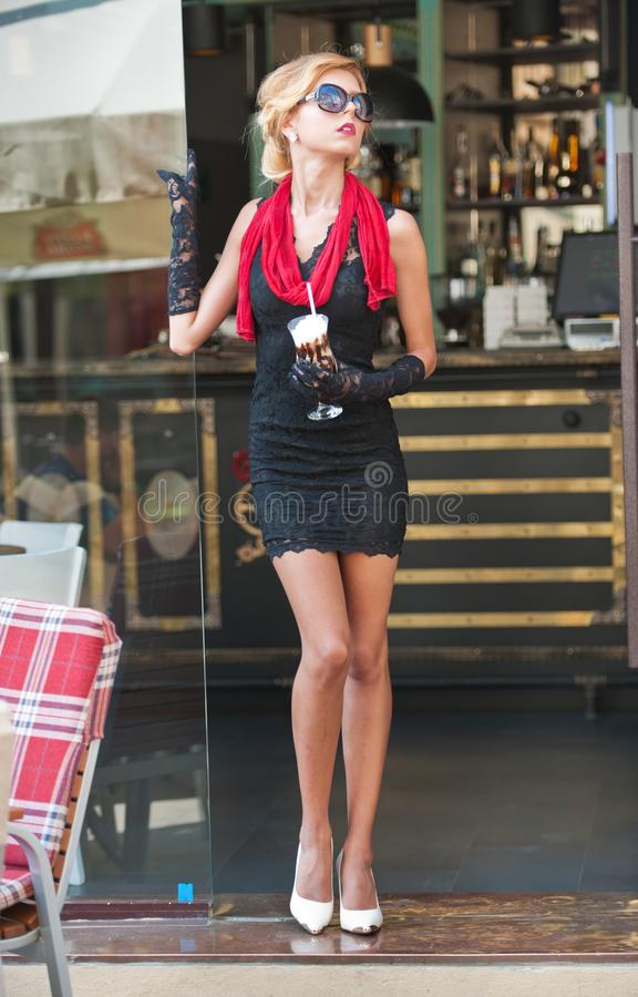 Μοντέρνη κυρία με το κοντό μαύρο φόρεμα δαντελλών και τα κόκκινα υψηλών τακούνια μαντίλι και, υπαίθριος πυροβολισμός Νέος ελκυστι στοκ εικόνα με δικαίωμα ελεύθερης χρήσης