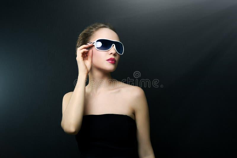 Μοντέρνη κυρία που φορά τα γυαλιά ηλίου στοκ φωτογραφία με δικαίωμα ελεύθερης χρήσης
