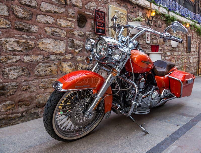 Μοντέρνη κόκκινη μοτοσικλέτα με τα μέρη των μερών χρωμίου στη Ιστανμπούλ, Τουρκία στοκ εικόνες