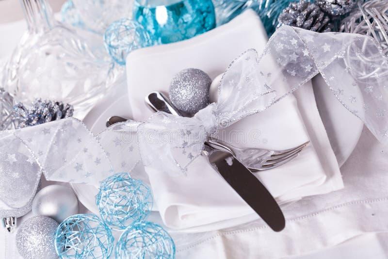Μοντέρνη μπλε και ασημένια επιτραπέζια ρύθμιση Χριστουγέννων στοκ φωτογραφίες