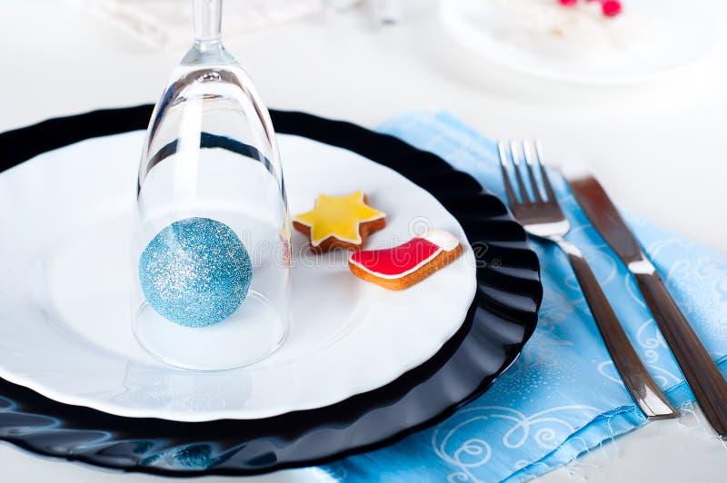 Μοντέρνη μπλε και ασημένια επιτραπέζια ρύθμιση Χριστουγέννων στοκ εικόνα