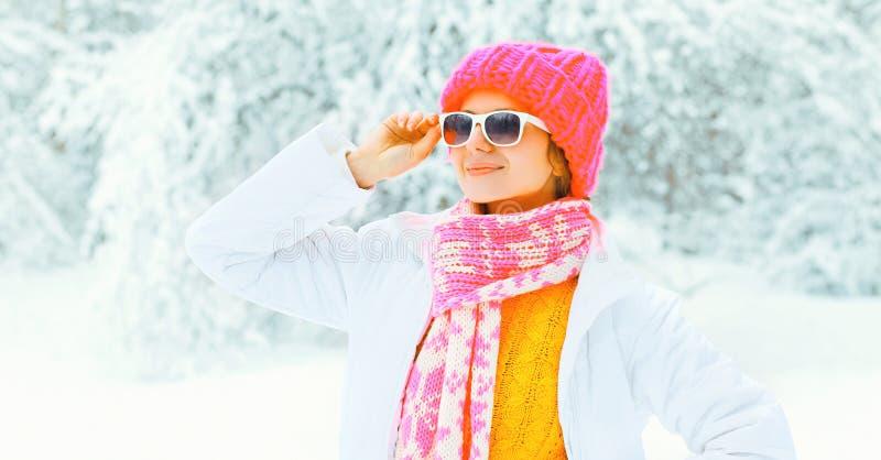 Μοντέρνη νέα γυναίκα που φορά ένα ζωηρόχρωμο πλεκτό μαντίλι καπέλων στοκ εικόνες