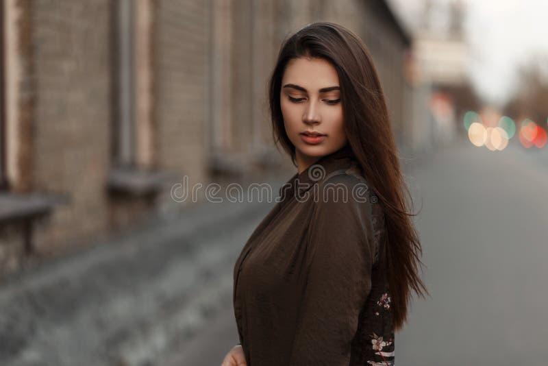 Μοντέρνη νέα γυναίκα σε ένα σακάκι μόδας στην οδό πλησίον στοκ εικόνες με δικαίωμα ελεύθερης χρήσης