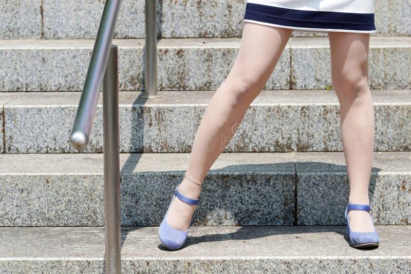 Μοντέρνη νέα γυναίκα στα σκαλοπάτια στοκ εικόνες