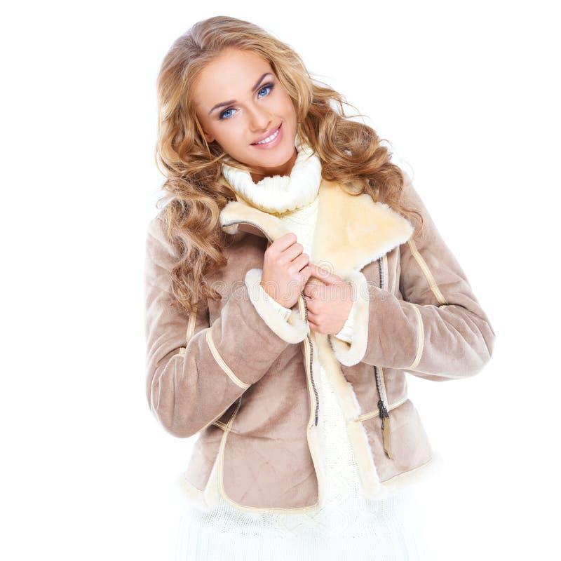 Μοντέρνη νέα γυναίκα στη χειμερινή μόδα στοκ φωτογραφία με δικαίωμα ελεύθερης χρήσης