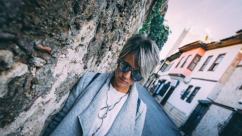 Μοντέρνη νέα γυναίκα στις οδούς Antalya στοκ φωτογραφία με δικαίωμα ελεύθερης χρήσης