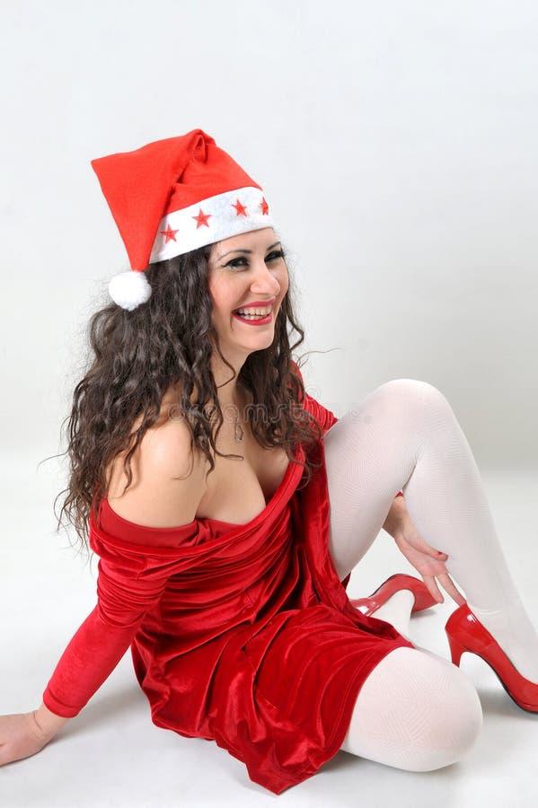 Μοντέρνη νέα χαμογελώντας γυναίκα στο κοστούμι Άγιου Βασίλη στοκ φωτογραφία με δικαίωμα ελεύθερης χρήσης