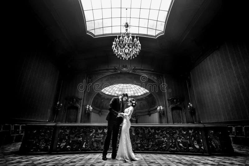 Μοντέρνη νύφη πολυτέλειας και όμορφος κομψός νεόνυμφος που χορεύουν στο β στοκ εικόνες