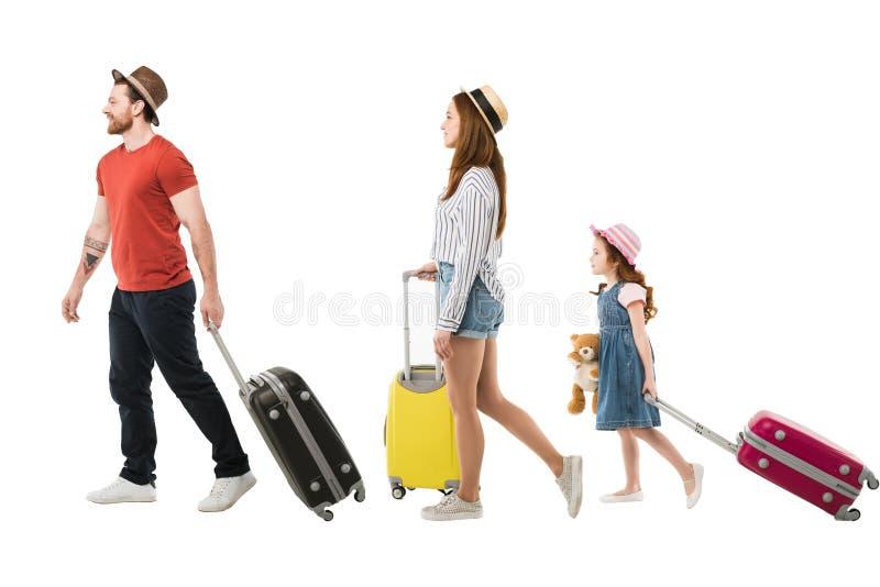 Μοντέρνη οικογένεια των τουριστών που φέρνουν τις βαλίτσες στοκ φωτογραφίες με δικαίωμα ελεύθερης χρήσης