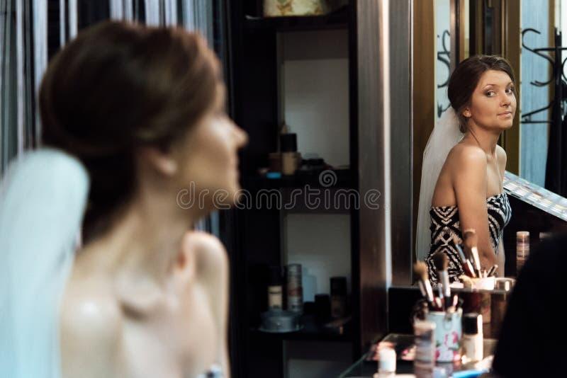 Μοντέρνη πανέμορφη νύφη που παίρνει makeup στο saloo ομορφιάς πολυτέλειας στοκ εικόνες