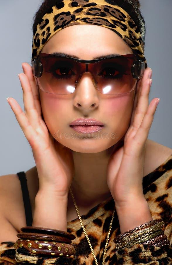 Μοντέρνη περιστασιακή αρκετά νέα γυναίκα, στα γυαλιά ηλίου στοκ εικόνα