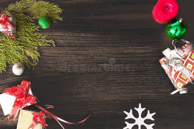 Μοντέρνη σύνθεση Χριστουγέννων κλάδοι έλατου, δώρο Χριστουγέννων και διακοσμήσεις στο ξύλινο υπόβαθρο στοκ εικόνες με δικαίωμα ελεύθερης χρήσης