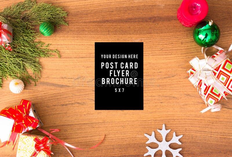 Μοντέρνη σύνθεση Χριστουγέννων κλάδοι έλατου, δώρο Χριστουγέννων και διακοσμήσεις στο ξύλινο υπόβαθρο στοκ φωτογραφία με δικαίωμα ελεύθερης χρήσης