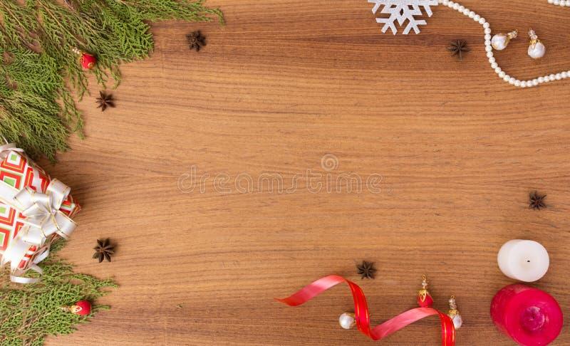Μοντέρνη σύνθεση Χριστουγέννων κλάδοι έλατου, δώρο Χριστουγέννων και διακοσμήσεις στο ξύλινο υπόβαθρο στοκ φωτογραφία