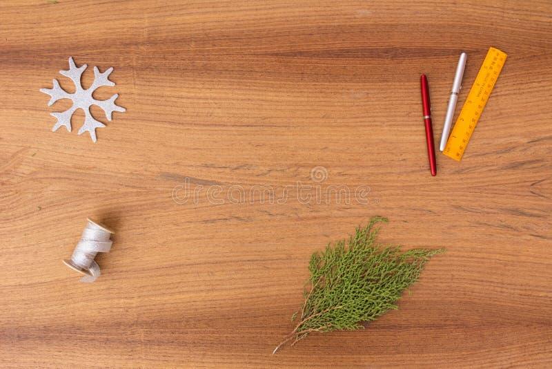 Μοντέρνη σύνθεση Χριστουγέννων κλάδοι και διακοσμήσεις έλατου στο ξύλινο υπόβαθρο στοκ φωτογραφία