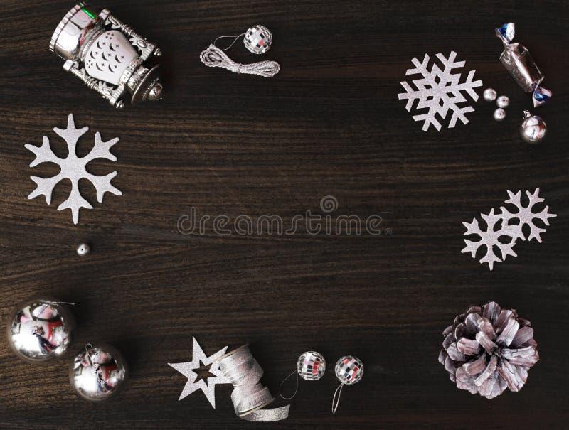 Μοντέρνη σύνθεση Χριστουγέννων κώνοι και διακοσμήσεις πεύκων στο ξύλινο υπόβαθρο στοκ εικόνα με δικαίωμα ελεύθερης χρήσης