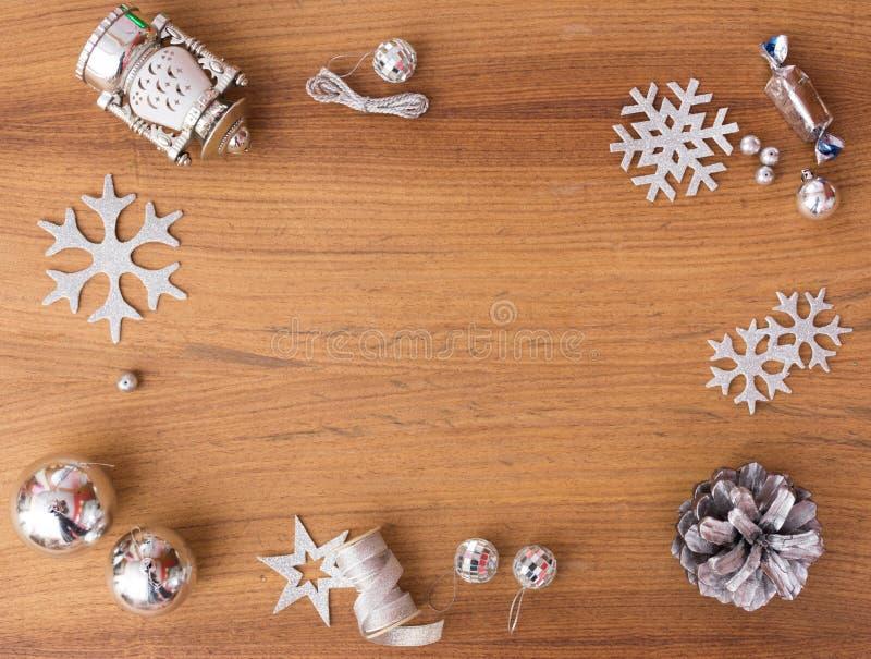 Μοντέρνη σύνθεση Χριστουγέννων κώνοι και διακοσμήσεις πεύκων στο ξύλινο υπόβαθρο στοκ φωτογραφία με δικαίωμα ελεύθερης χρήσης