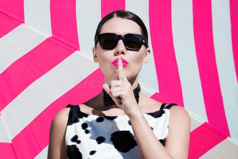 Μοντέρνη όμορφη γυναίκα με τα γυαλιά ηλίου και τα φωτεινά χρωματισμένα χείλια στοκ φωτογραφία με δικαίωμα ελεύθερης χρήσης