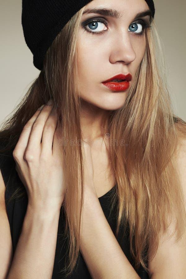 Μοντέρνη όμορφη νέα γυναίκα στο καπέλο ξανθό κορίτσι ομορφιάς στην ΚΑΠ στοκ φωτογραφίες
