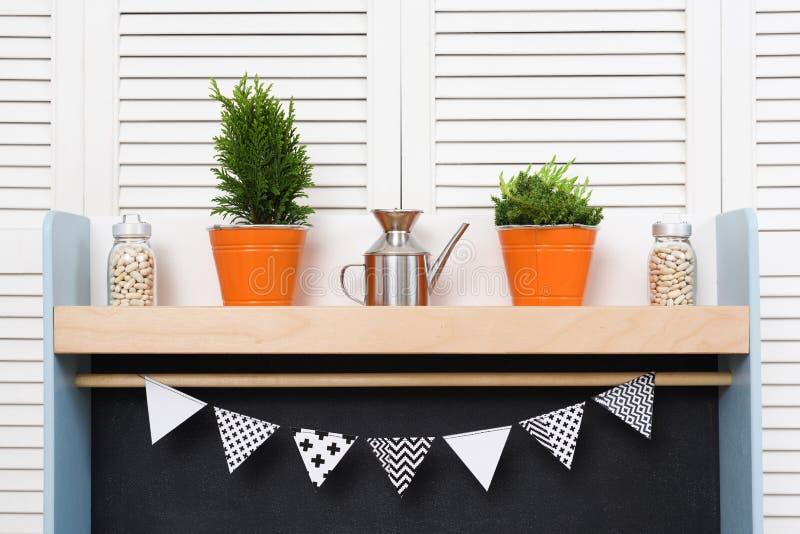 Μοντέρνοι άνετοι ράφι και τυφλοί κουζινών Πορτοκαλιοί κάδοι με το δωμάτιο στοκ φωτογραφίες με δικαίωμα ελεύθερης χρήσης