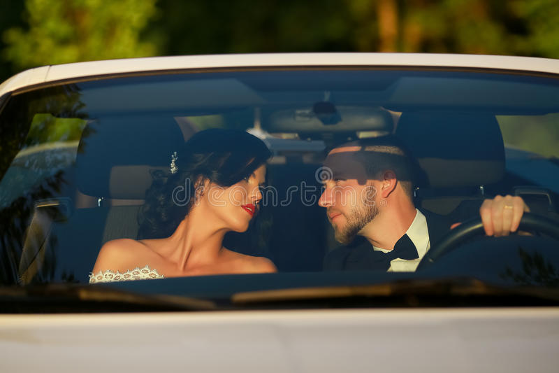 Μοντέρνοι όμορφοι ευτυχείς νύφη και νεόνυμφος γαμήλιες νεολαίες ζευγών στοκ φωτογραφία με δικαίωμα ελεύθερης χρήσης