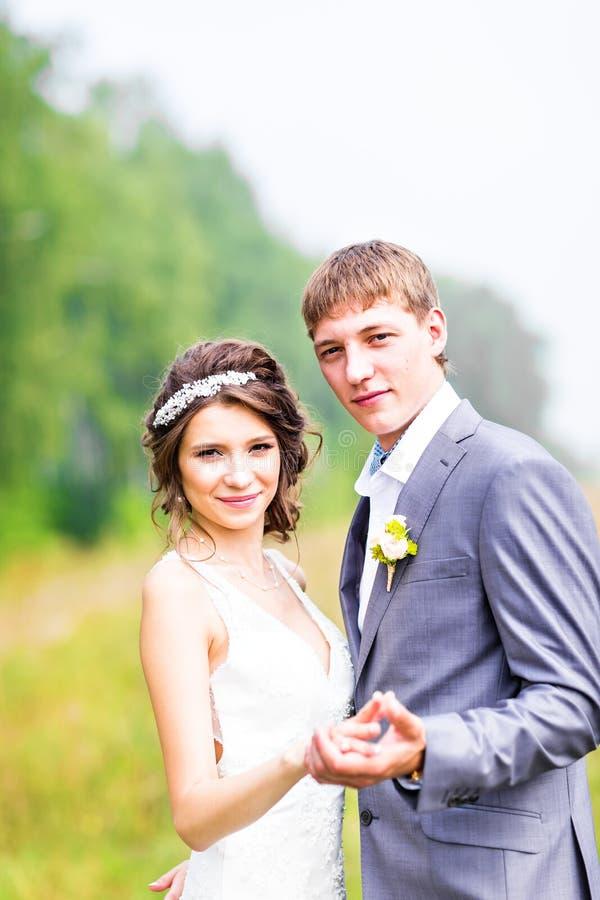 Μοντέρνοι όμορφοι ευτυχείς νύφη και νεόνυμφος στοκ φωτογραφία με δικαίωμα ελεύθερης χρήσης