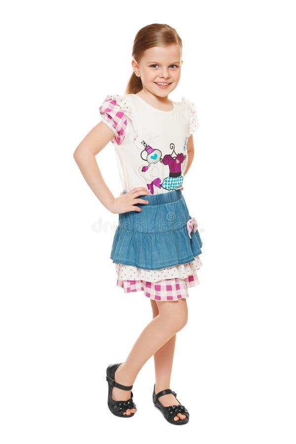 Μοντέρνος λίγο χαριτωμένο κορίτσι στο πουκάμισο και τη φούστα, πλήρες μήκος, που απομονώνεται στο άσπρο υπόβαθρο στοκ φωτογραφίες με δικαίωμα ελεύθερης χρήσης