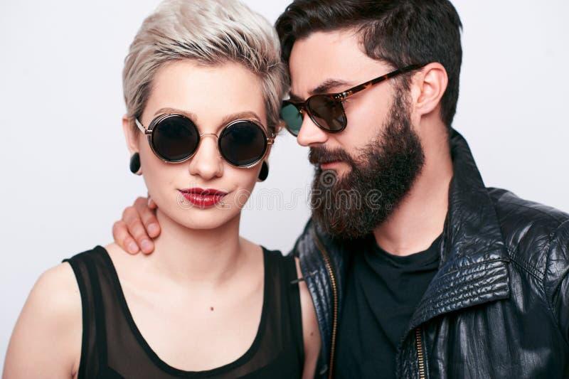 Μοντέρνος γενειοφόρος νεαρός άνδρας μόδας και ξανθή γυναίκα στοκ φωτογραφίες με δικαίωμα ελεύθερης χρήσης