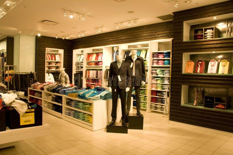 Μοντέρνος ιματισμός ατόμων στο κατάστημα στοκ εικόνα με δικαίωμα ελεύθερης χρήσης