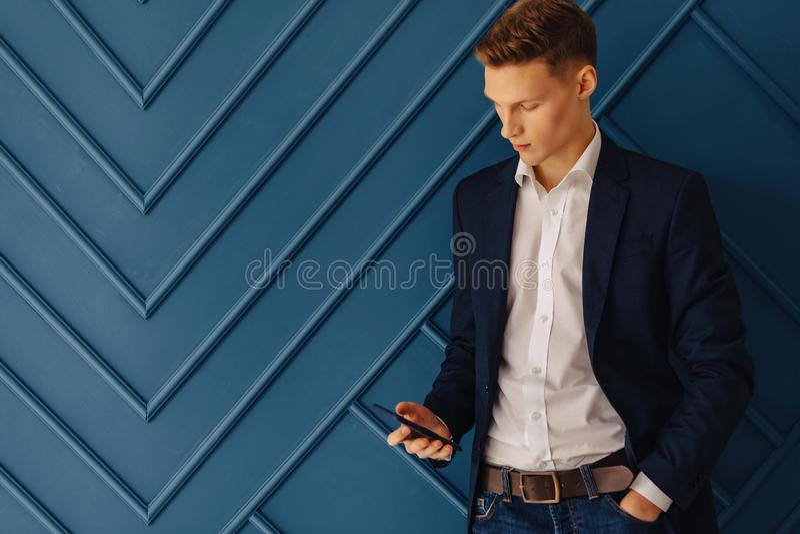 Μοντέρνος νέος τύπος με ένα τηλέφωνο, νέος επιχειρηματίας, freelancer στοκ φωτογραφία