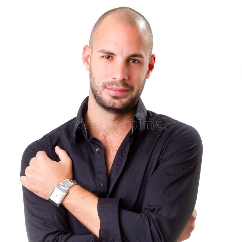Μοντέρνος νεαρός άνδρας που φορά το μαύρο πουκάμισο και που εξετάζει τη κάμερα στοκ φωτογραφία με δικαίωμα ελεύθερης χρήσης