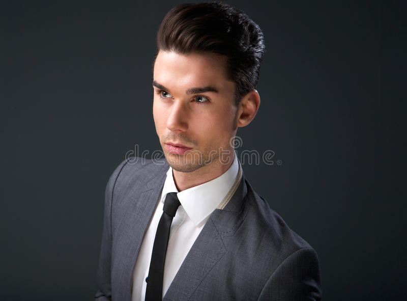 Μοντέρνος νεαρός άνδρας στο επιχειρησιακό κοστούμι και το δεσμό στοκ φωτογραφία με δικαίωμα ελεύθερης χρήσης