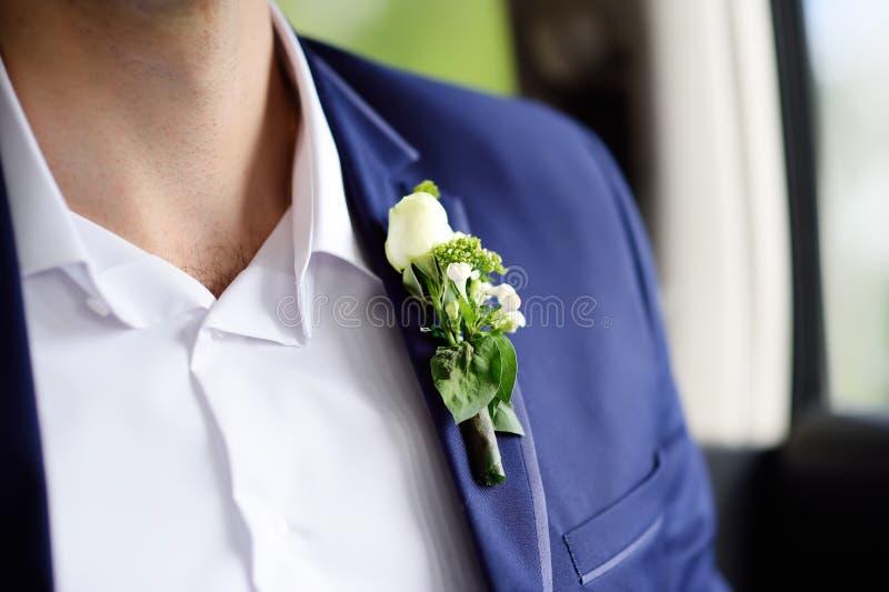 Μοντέρνος νεόνυμφος μπουτονιέρων φιαγμένος από φρέσκα λουλούδια στοκ φωτογραφία με δικαίωμα ελεύθερης χρήσης