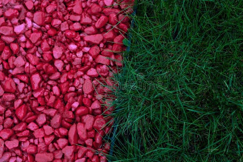 Μοντέρνος σχεδιασμός κήπου για το τοπίο, δρόμος με κόκκινο χαλίκι και πράσινο γρασίδι από κοντά στοκ φωτογραφίες με δικαίωμα ελεύθερης χρήσης