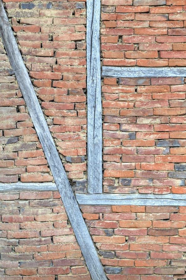Μοντέρνος τουβλότοιχος με τις ξύλινες ακτίνες στοκ φωτογραφία
