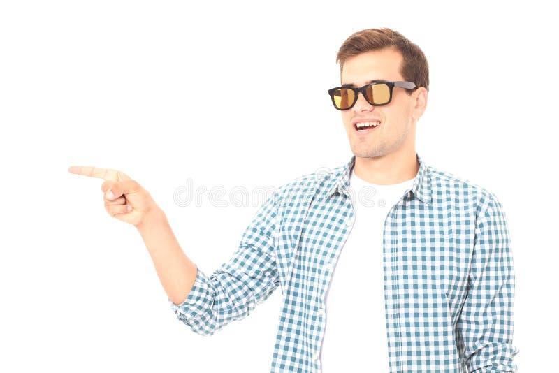 Μοντέρνος τύπος χαμόγελου Εύθυμο νέο όμορφο άτομο στα γυαλιά ηλίου και κοίταγμα μακριά με το χαμόγελο διάστημα αντιγράφων Χλεύη ε στοκ εικόνα με δικαίωμα ελεύθερης χρήσης
