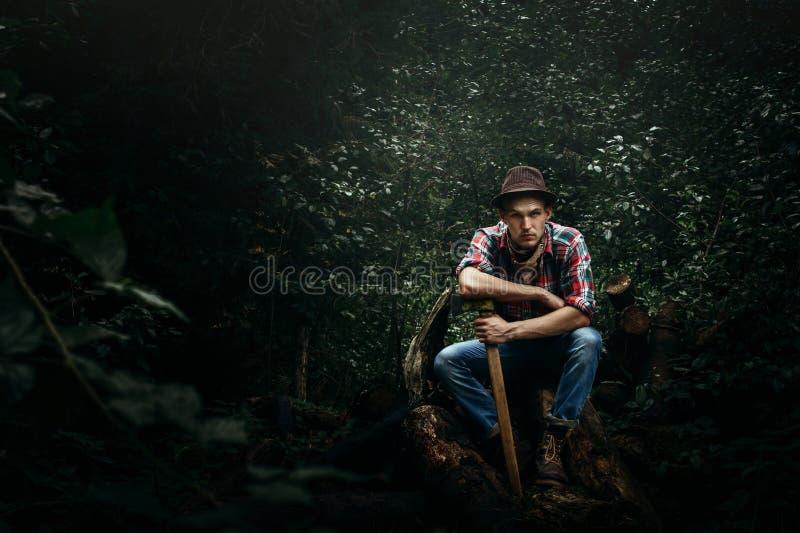Μοντέρνος υλοτόμος hipster με το τσεκούρι στο ηλιόλουστο δάσος στο mounta στοκ φωτογραφίες με δικαίωμα ελεύθερης χρήσης