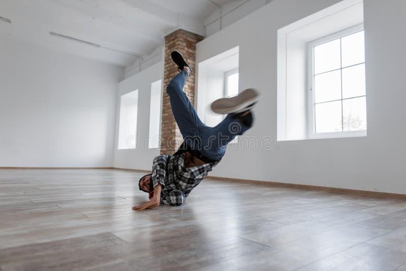 Μοντέρνος όμορφος μοντέρνος χορευτής ατόμων στα περιστασιακά ενδύματα τζιν στοκ εικόνα με δικαίωμα ελεύθερης χρήσης