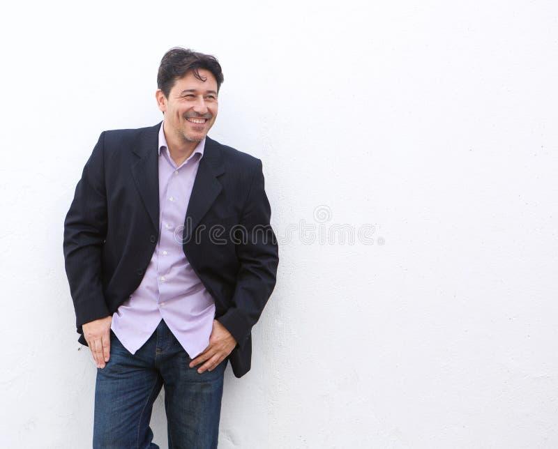 Μοντέρνος ώριμος επιχειρηματίας που στέκεται στο άσπρο κλίμα στοκ φωτογραφία με δικαίωμα ελεύθερης χρήσης