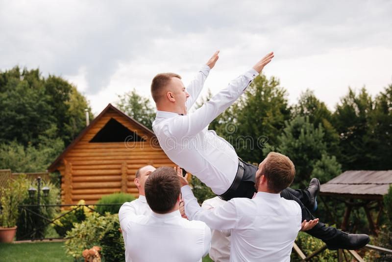 Μοντέρνος groomsman με το νεόνυμφο που στέκεται στο κατώφλι και προετοιμάζεται για τη γαμήλια τελετή Ο φίλος ξοδεύει το χρόνο από στοκ εικόνες