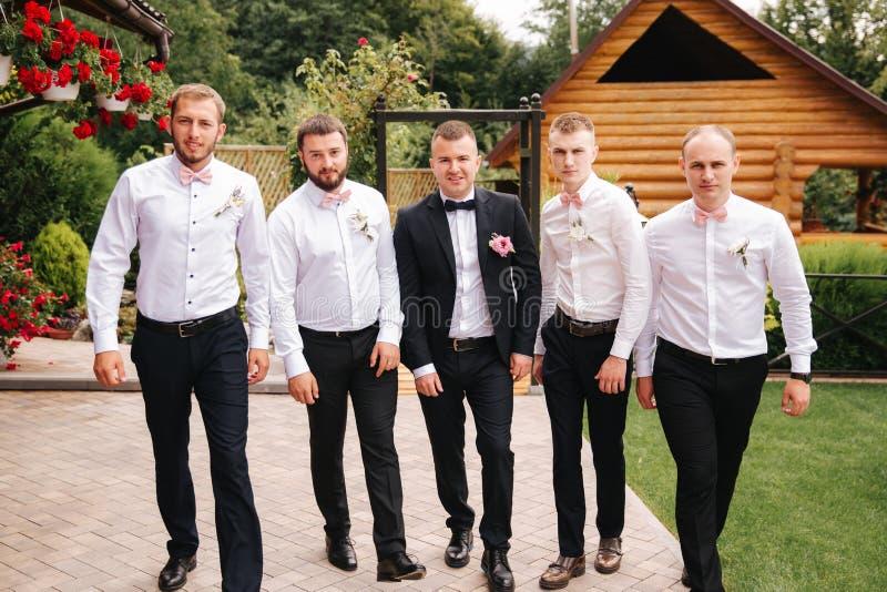 Μοντέρνος groomsman με το νεόνυμφο που στέκεται στο κατώφλι και προετοιμάζεται για τη γαμήλια τελετή Ο φίλος ξοδεύει το χρόνο από στοκ φωτογραφία με δικαίωμα ελεύθερης χρήσης