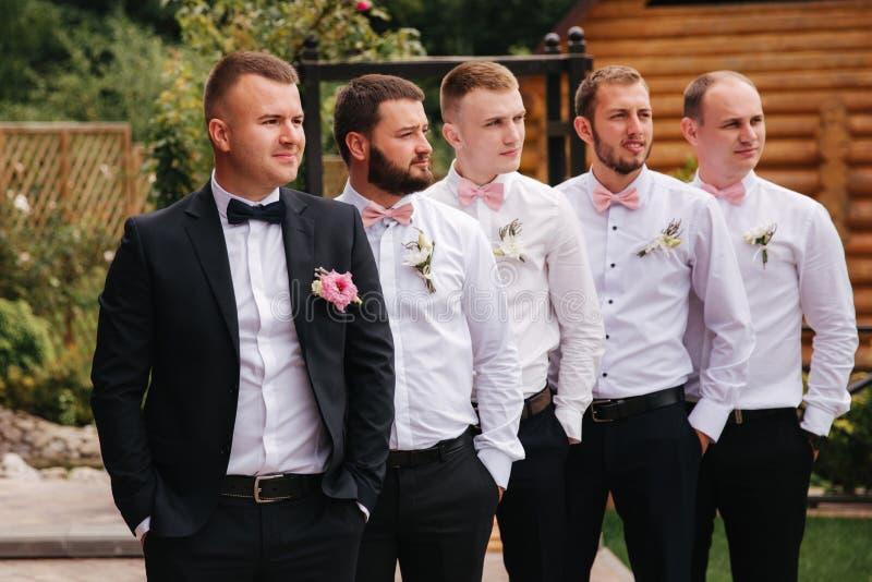Μοντέρνος groomsman με το νεόνυμφο που στέκεται στο κατώφλι και προετοιμάζεται για τη γαμήλια τελετή Ο φίλος ξοδεύει το χρόνο από στοκ εικόνα