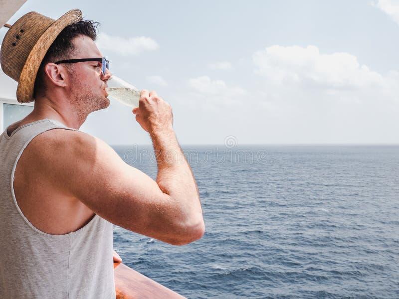 Μοντέρνο άτομο που κρατά ένα ποτήρι της σαμπάνιας στοκ εικόνες