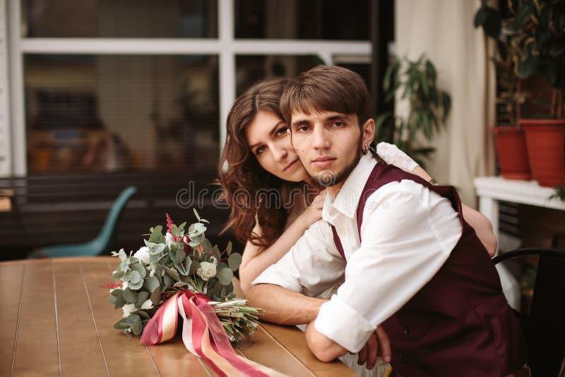 Μοντέρνο αγαπώντας πολυεθνικό γαμήλιο ζεύγος στοκ εικόνα