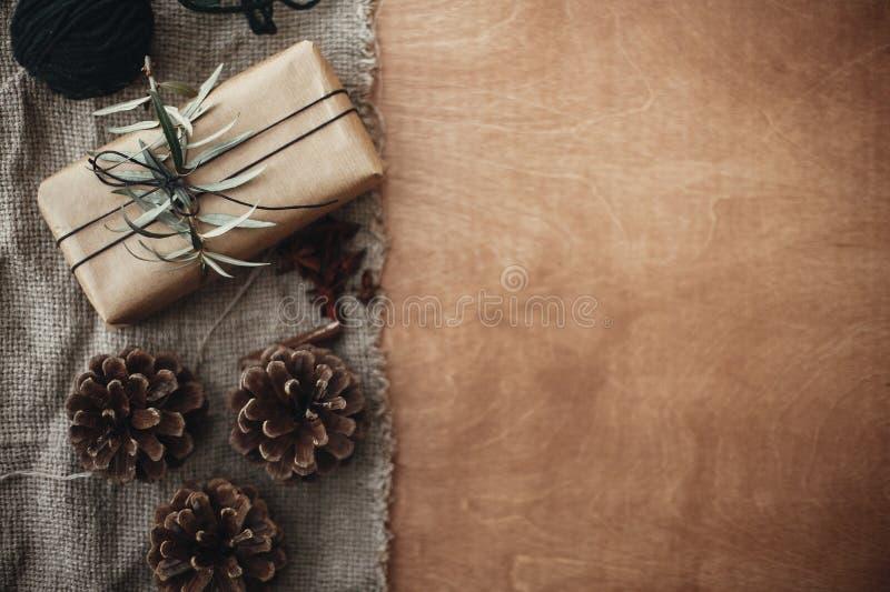 Μοντέρνο αγροτικό κιβώτιο δώρων με τους πράσινους κλάδους κλάδων και έλατου, anis στοκ φωτογραφίες